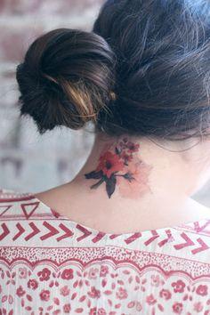 Tatuaje temporal floral.
