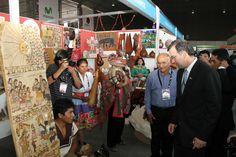 German Guillen, artesano y miembro de CONAFAR 2015-2016, al lado de Ministro de MINCETUR y con integarntes de Pueblos Artesanos.