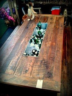 We present the 15 best ideas to improve the look of your restaurant with these original tables. Patio Table, Wood Table, Beer Table, Backyard Bar, Bars For Home, Pallet Furniture, Wood Projects, Sweet Home, Home Decor