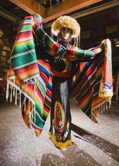 Tradiciones de Chiapas: indumentaria típica de la danza de los Parachicos  ¡Visita #Chiapas reservando en www.vivaaerobus.com!