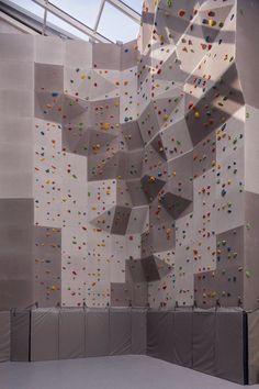 Стеклянные стены, собственные мастерские и12-метровый скалодром винженерном корпусе школы №548 Home Climbing Wall, Rock Climbing Gym, Folding Architecture, Landscape Architecture Design, Gym Design, Wall Design, Bouldering Wall, Gym Room At Home, Playground