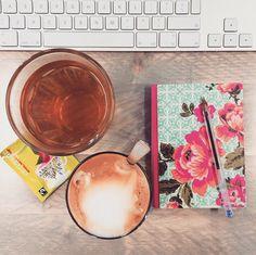 Koffie, thee, een Macbook en een notitieboekje: klaar voor een nieuwe dag op de redactie!