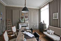 Un salon de style fin XIXème décoré de moulures se transforme en bureau, peinture gris souris de chez 'Flamant' et mobilier chiné et industriel
