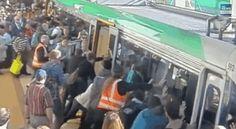 Ces passagers qui se sont rassemblés pour aider un homme qui était coincé entre un train et le quai de la gare.