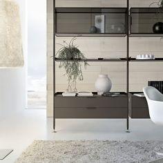 libreria Zenit struttura alluminio brown, vetrine in vetro trasparente grigio, cassettiere sospese in vetro laccato opaco caffè.