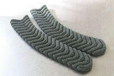 - The weather is nice ! Tuto easy socks: knitted herringbone socks with 2 needles n ° 5 - size 35 to 40 - ilfaitbo. Knitting Socks, Herringbone, Yeezy, Adidas Sneakers, Slippers, Chevrons, Warm, Crochet, Pattern