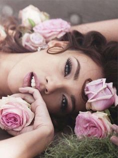 Flower senior picture ideas for girls. Senior picture ideas with flowers. #flowerseniorpictures #seniorpictureideasforgirls