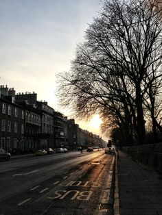 Sunset on Queen Street, Edinburgh Edinburgh, Country Roads, Queen, Adventure, Sunset, Europe, Viajes, Sunsets, Adventure Movies