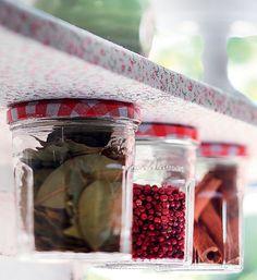 Utensílios em cima, condimentos embaixo: com vidros de geleia e algumas marteladas, você dobra o espaço disponível em sua prateleira. Basta prender as tampas dos potes com dois pregos cada uma, para não girarem em falso. Fica bonito e funcional