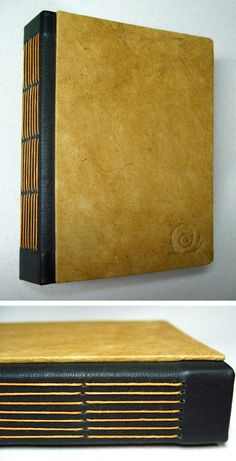 Capa em papel nepalês feito à mão e lombada de couro. Costura aparente na lombada. Tamanho: 17,4 x 13 cm Capa em papel artesanal nepalês. (várias cores disponíveis) Lombada em couro Miolo: 128 páginas em papel Reciclato 180 gr