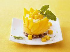 Probieren Sie die leckeren Quarktörtchen mit Mango und Datteln von EAT SMARTER!