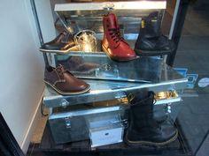 Décoratrice étalagiste Paris : Vitrine Dr Martens chaussures Factory