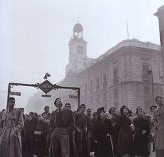 """""""Esperando el Gordo,"""" Puerta del Sol, Madrid - España 1952"""