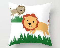 Cubierta de la almohadilla de tiro de León incluye almohada cubierta - almohada temática León - Throw Pillow - decoración de cuarto de niños - Kids Room Decor - hecho por encargo