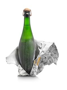 In the design for this long-aging cava (109 months), the client wanted to market the bottle as is, right out of the cellar: unwashed and with the same cork and staple as the time of bottling.