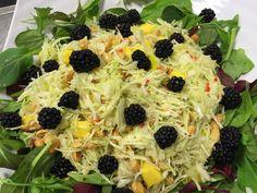Det er lige tid for brombær nu så her får i lige en dejlig salat toppet med de skønne brombær. 1 hovede spidskål fint snittet 2 stk. Mango i tern 200 g. Peanuts 200 g. Brombær 1 bakke babymix salat Dressing: Saften af 1 citron 1 stk. Rød chili i tern lidt revet ingefær salt…