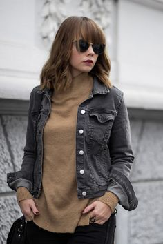 Jeansjacke im Herbst, black denim jacket outfit, camel knit sweater, turtleneck, autumn, streetstyle, fall outfit, minimal, bezauberndenana