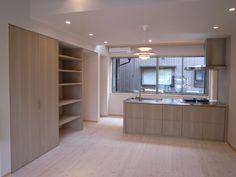 ステンレスのアイランドキッチンと収納棚