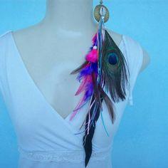 Brinco feito com penas coloridas artificialmente, pena de pavão, capim dourado e conchas do mar. R$ 14,00