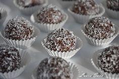 Bile de ciocolata cu nuca de cocos Something Sweet, Mini Cupcakes, Truffles, Coco, Muffin, Food And Drink, Yummy Food, Favorite Recipes, Sweets