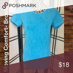 Beautiful Peacock Blue Brooks Performance Top, SzM Look good, feel gorgeous! This top is a stunning shade of peacock blue with a unique allover swirl print. Tagless for comfort. Must have staple for any active lady. This shirt will get you through a 5k, to a sweat session with your trainer, to hot yoga. Sweat-wicking and breathable. If you like swiftly tops by lululemon, you will LOVE this version. Item is in like new condition with no flaws. Size medium. Please feel free to ask questions or…