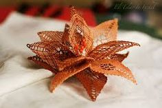Afbeeldingsresultaat voor picados de flores de bolillos gratis Christmas Ornaments, Holiday Decor, Lace, Scrappy Quilts, Needle Tatting Patterns, Bobbin Lacemaking, Tejidos, Flowers, Children