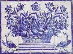 Cesto de flores e frutos ladeado por duas aves. Azulejo português século XVII .