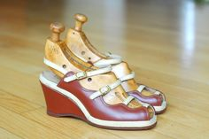 vintage 1940s shoes / 40s brown peep toe wedge sandals / size 4.5