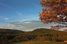 Herbstlicher Blick vom Karrberg am Nordostrand des Harzes zum Brocken.