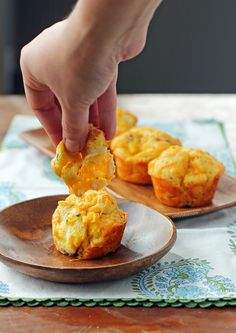These Cheddar Bay Pull Apart Muffins are a cheesy, easy twist on the Cheddar Bay Biscuits you know and love! Just 140 calories or 5 Weight Watchers SmartPoints. www.emilybites.com