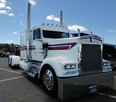 Beautiful Kenworth W900. What a marvelous looking piece of equipment.