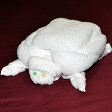 Towel animals like! Towel animals like! Sewing Kids Clothes, Sewing For Kids, Washing Clothes, Towel Origami, Origami Turtle, Towel Apron, Towel Animals, How To Fold Towels, Manualidades