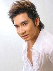 Hình ảnh ca sĩ Quang Hà đẹp trai lãng tử của chàng trai Hà thành, với nét mặt rất công tử, cùng với kiểu tóc cá tính, phong cách thời trang trẻ trung