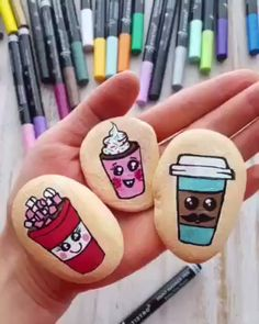This video tutorial how to paint cute coffee cups rocks, Rock painting ideas, acrylic paint pens, acrylic markers. Stone Art Painting, Seashell Painting, Pebble Painting, Pebble Art, Pottery Painting, Diy Painting, Rock Painting Patterns, Rock Painting Ideas Easy, Rock Painting Designs