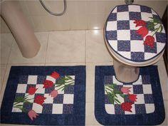 Kit para banheiro em patchwork, com 02 tapetes e tampo para o vaso.  feito em tecidos 100% algodão,com manta e forro em algodão cru.  Peça o seu na cor que mais lhe agrada. Toilet, Diy And Crafts, Applique, Patches, Kids Rugs, Quilts, Home Decor, Irene, Facebook