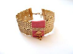 Bracelet manchette en ruban pailleté coloris blush, écailles et estampe art décor en laiton doré de la boutique precieusesridicules sur Etsy