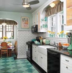 Vintage Kitchen A ca. 1930 kitchen is perfect for this house—and the backdrop for its owners' collection of blue-green ceramics. - The circa 1930 kitchen is perfect for this storybook Tudor house. 1930s Kitchen, Classic Kitchen, Kitchen Redo, New Kitchen, Kitchen Remodel, Tudor Kitchen, Kitchen Art, Kitchen Vinyl, Victorian Kitchen