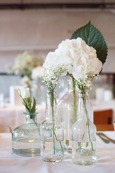 Juhlapöydän koristelua.