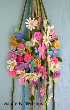 Arranjo de porta com diversas flores de feltro.