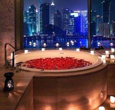 Bei diesem #Mistwetter gibt es nichts schöneres als ein heißes #Bad in der #Badewanne  Mehr #Badideen hier: