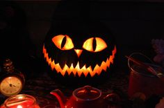 Grinsekatze Kürbis zu Halloween schnitzen – Ideen und Schnitzvorlagen Jack-o-lantern halloween cheshire chat gros yeux dents pointues Chat Halloween, Theme Halloween, Halloween Jack, Holidays Halloween, Easy Halloween, Halloween Pumpkins, Halloween Crafts, Halloween 2017, Gothic Halloween Decorations