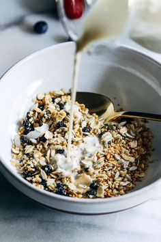 Blueberry Quinoa Muesli- packed full of protein and fiber, this quinoa muesli is sure to become your new favorite healthy breakfast! Oatmeal Recipes, Healthy Breakfast Recipes, Healthy Recipes, Healthy Eats, Healthy Breakfasts, Healthy Foods, Easy To Make Breakfast, What's For Breakfast, Love Eat
