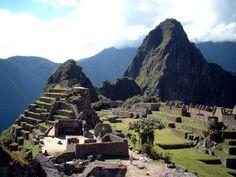 Lo que debes conocer acerca de el Santuario de Machu Picchu Lo que debes conocer acerca de el Santuario de Machu Picchu Machu Picchu se encuentra a 2.430 m sobre el nivel del mar, en medio de un bosque tropical de montañas, en un entorno con una belleza extraordinaria. Fue probablemente la creación urbana más impresionante del Imperio Inca en su mejor momento, sus gigantescas paredes, terrazas y rampas parecen como si hubieran sido cortados de forma natural en las escarpadas rocas.