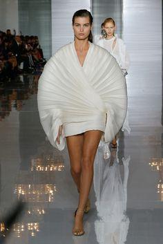 See all the Collection photos from Balmain Spring/Summer 2019 Ready-To-Wear now on British Vogue Fashion Week, Paris Fashion, Fashion Art, Runway Fashion, Fashion Design, Elie Saab Printemps, Geometric Fashion, Fashion Show Collection, Vogue Paris