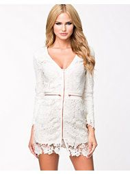 Feel and look sexy in this one of a kind dress featuring a mock neckline, long sleeves, crochet finish, scallop hem, back zipper closure fitted and above the knee length. Gilet Kimono, Kimono Cardigan, Dresses For Teens, Sexy Dresses, Summer Dresses, Dressing, Clubwear For Women, Mode Boho, White Long Sleeve