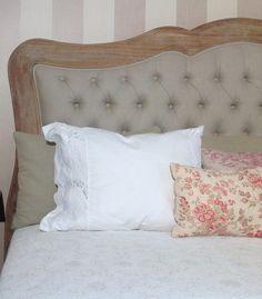 Bonito cabecero de cama con marco de madera rústico y centro tapizado con tela natural estilo capitone en vilmupa.