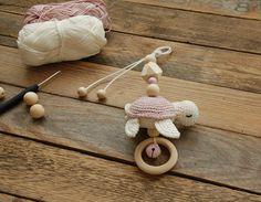 Charme de carrinho de bebê - Charme de tartaruga - Charme de portador de bebê - um produto exclusivo de StolzeVita no DaWanda Handgemachtes Baby, Baby Kind, Baby Toys, Crochet Bebe, Crochet Toys, Newborn Gifts, Baby Gifts, Baby Turtles, Turtle Baby