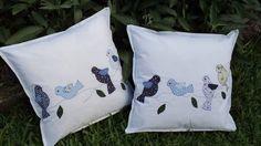 Lindas almofadas em patchwork com aplicação de passarinhos e folhas à máquina e detalhes bordados à mão.  Confeccionada em tecidos de algodão com enchimento de fibra siliconizada.  Possui fecho e revestimento interno.