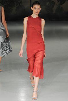 Spring 2015 Ready-to-Wear - Barbara Casasola Raspberry red silk midi dress with plissee border. Red Fashion, Runway Fashion, Fashion Show, Fashion Design, London Fashion, Fashion 2014, Fashion Weeks, Fashion Styles, Spring Fashion