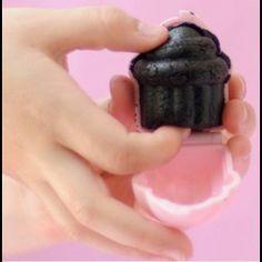 Met deze kleine mal maak je kleine cupcakes zonder ze te bakken!    Inhoud set: 1 'My Little Cupcake Mold', 10 lollystokjes & 10 lolly cellofaanzakjes!    Neem je favoriete cake of koekjes (bijv. plet ze fijn en meng ze met frosting (het mengen gaat met je handen het makkelijkst). Rol balletjes van ongeveer 3 cm en zet ze even in de koelkast. Duw het cake balletje in het malletje, doe het malletje dicht Haal het de cake uit